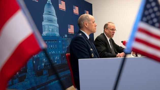 """US-Sondergesandter Marshall Billingslea (rechts) arbeitet an einer Verlängerung des """"New-Start""""-Abrüstungsvertrages. (Bild: APA/AFP/JOE KLAMAR)"""