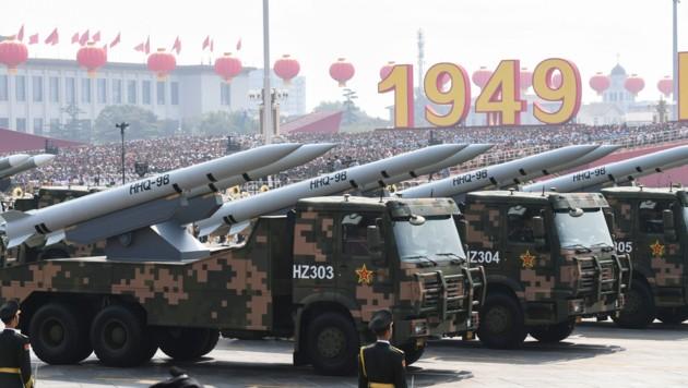 China hat eine mächtige Armee, sieht sich aber eher als nuklearen Zwerg im Vergleich zu den USA und Russland. (Bild: APA/AFP/GREG BAKER)