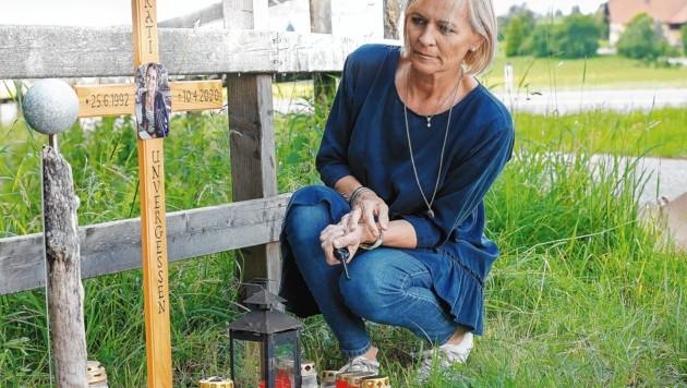 Mutter Sabine Koch-Peterbauer am Marterl für ihre verstorbene Tochter (Bild: Markus Tschepp)