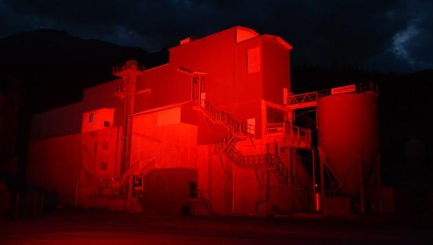 """Das Schotterwerk der Firma Lang Fritzens ließ die Firma """"Eventus"""" im roten Licht erstrahlen. (Bild: EVENTus Veranstaltungstechnik/Manfred Zach)"""
