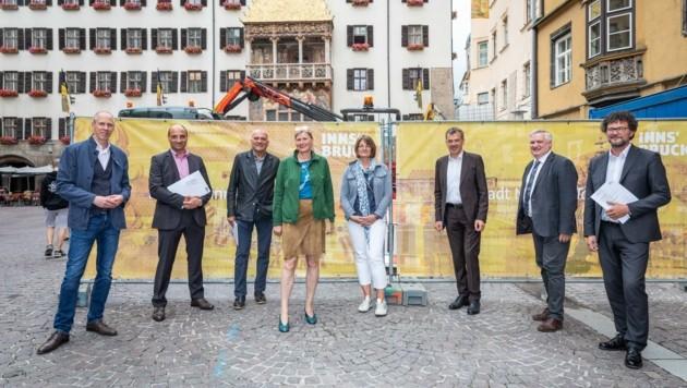 BM Georg Willi (Dritter von rechts) präsentierte mit Vertretern der Wirtschaft und der Kommunalbetriebe die Maßnahmen und Events im Zuge der Bauarbeiten in der Altstadt. (Bild: David Johansson)