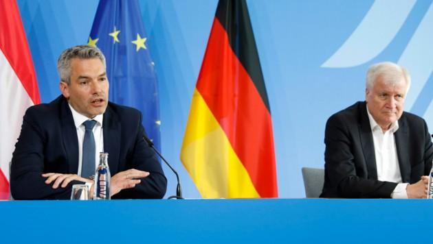 Innenminister-Treffen in Berlin: Nehammer (li.) und Seehofer (Bild: The Associated Press)