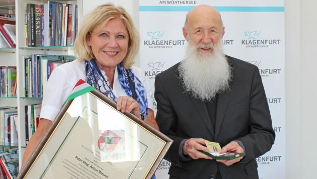 Bürgermeisterin Maria-Luise Mathiaschitz übergab Pater Anton den Ehrpfennig der Stadt Klagenfurt für seine herausragenden Leistungen als Seelsorger. (Bild: StadtPresse Klagenfurt)