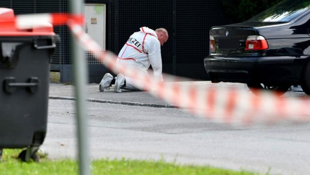 Tatort Leopoldskron: Experten der Polizei ermitteln nach der Schießerei in der Einfahrt eines Einfamilienhauses mit zwei Verletzten nun, wer tatsächlich auf wen geschossen hat. (Bild: APA/Barbara Gindl)