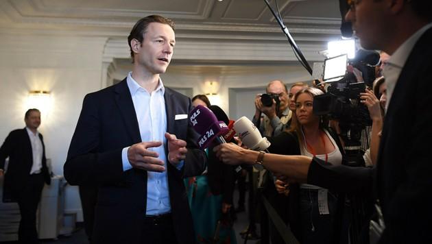 Wurde unter anderem zu angeblichen Postenschachern und parteinahen Vereinen in seiner Zeit als Kanzleramtsminister und Regierungskoordinator befragt: Gernot Blümel, ÖVP (Bild: APA/Roland Schlager)