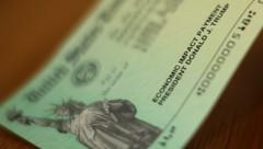 Donald Trumps Name erscheint auf allen ausgestellten Schecks. (Bild: Chip Somodevilla/Getty Images/AFP)