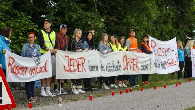 An der Wiener Bundesstraße in Eugendorf fand die Mahnwache statt. (Bild: Tschepp Markus)
