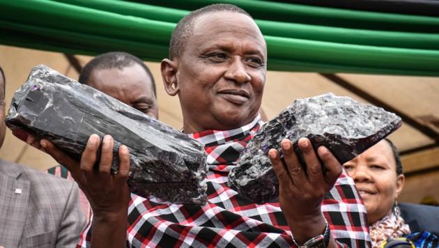 Der Minenarbeiter Saniniu Kuryan Laizer ist jetzt Millionär, nachdem er zwei riesige Tansanit-Edelsteine gefunden hat. (Bild: AFP )