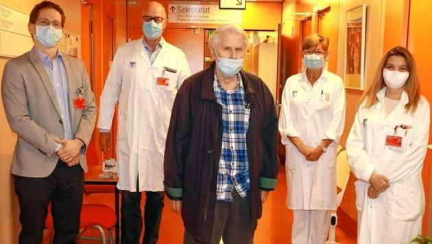 Erfolgreiches AKH-Ärzteteam: Dr. Andreas Martin, Primarius Günther Laufer, Anästhesistin Anna Bartunek und Kardiologin Sabine Scherzer (von links) mit Patient Johann S. (85, Mitte) (Bild: Zwefo)