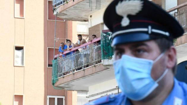 Rund 700 Beschäftigte in der Landwirtschaft, die meisten aus Bulgarien, stehen seit Montag in einem Gebäudekomplex in Mondragone unter Quarantäne. (Bild: AFP)