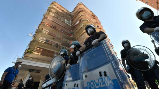 Die Bereitschaftspolizei schickte Verstärkung in die Stadt Mondragone nordwestlich von Neapel. (Bild: AFP)