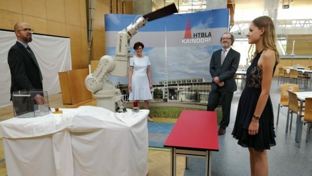 Ein Roboter überreicht das Maturazeugnis an Verena Kriegl (Bild: HTL Kaindorf)