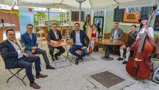 """Landeshauptmann Günther Platter präsentierte mit den Kooperationspartnern die innovative, unbürokratische Sommerinitiative für Wirte und Musikanten """"Tirol zualosen"""". (Bild: Hubert Berger)"""