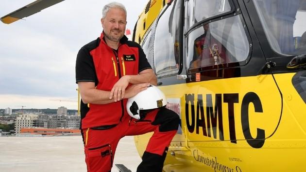 Pilot Oliver Stastny vor seinem Arbeitsgerät (Bild: P. Huber)