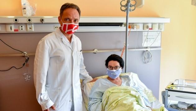 Primar Andreas Shamiyeh bei seiner Patientin Maria Peller. (Bild: Dostal Harald)