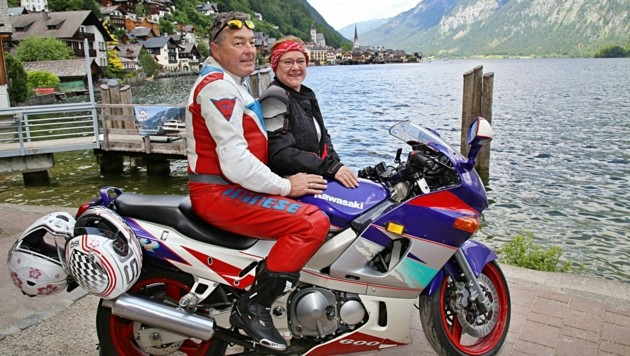 """""""Wir sind nur eine Stunde von hier entfernt daheim, waren trotzdem noch nie da"""", lachten Erich und Christine Hahn aus Sattledt, die dank Motorrad einen Parkplatz finden konnten. (Bild: Reinhard Hörmandinger )"""