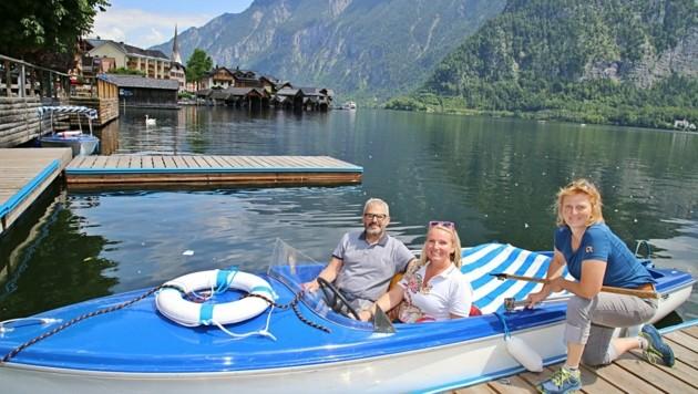 Sandra und Michael Bauer aus Vorarlberg liehen sich bei Margit Kraft ein Elektroboot. (Bild: Reinhard Hörmandinger )