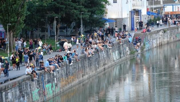 Beliebter Treff, auch vor der Corona-Zeit: Die Stadt Wien will die Situation am Donaukanal genauestens beobachten. (Bild: Peter Tomschi )
