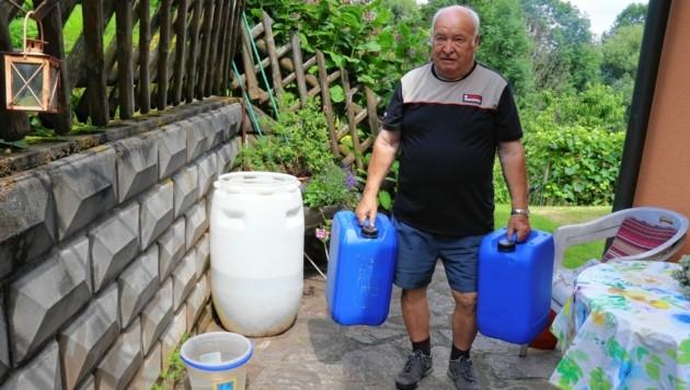 Auch so sieht Wasserversorgung in Graz aus: Hans Kögler muss die Kanister mühsam heranschleppen. (Bild: Christian Jauschowetz)