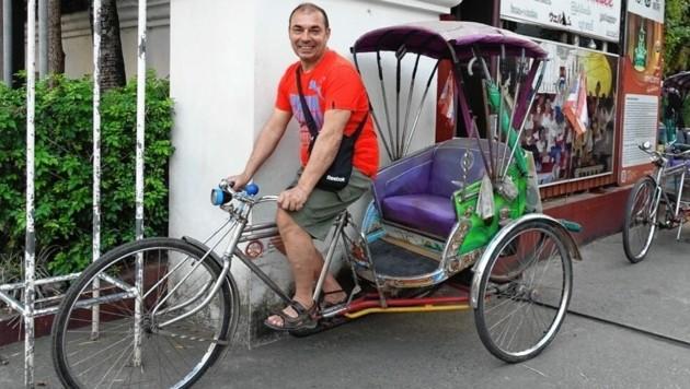 Der Klagenfurter Javor Dountchev versucht sich in Myanmar mit dem Rikscha-Fahrrad als Taxi-Chauffeur. (Bild: Javor Dountchev)