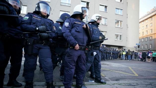 Polizei im Rahmen einer Kundgebung in Wien-Favoriten (Bild: APA/Georg Hochmuth)