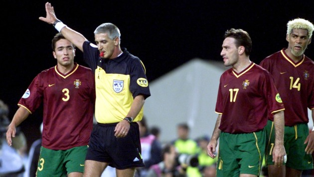Rui Jorge (POR), Schiedsrichter Guenter Benkö (AUT), Paulo Bento, Abel Xavier (POR) (Bild: GEPA )