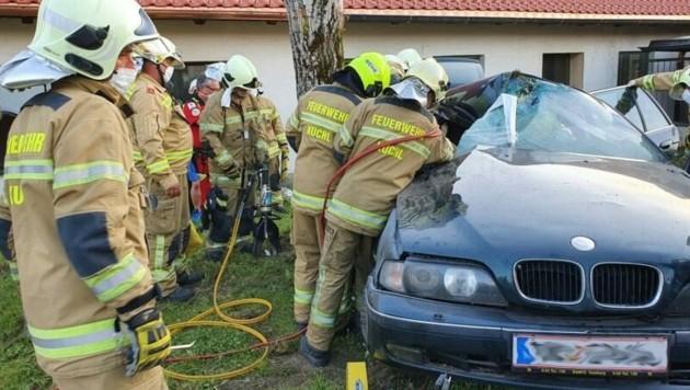 Der Lenker geriet ins Schleudern und wurde gegen einen Baumstamm katapultiert. (Bild: Freiwillige Feuerwehr Kuchl)