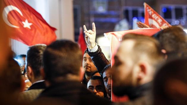 """Einige Vertreter der """"Grauen Wölfe"""" in Rotterdam - die rechtsextreme Organisation ist in mehreren westeuropäischen Großstädten aktiv. (Bild: AFP)"""