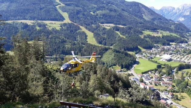 """Der verletzte Welser (51) wurde per """"C 14""""-Heli geborgen (Bild: Bergrettung Hinterstoder)"""