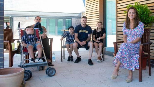 Herzogin Kate beim Besuch des Kinderhospizes The Nook in Norfolk (Bild: AP)