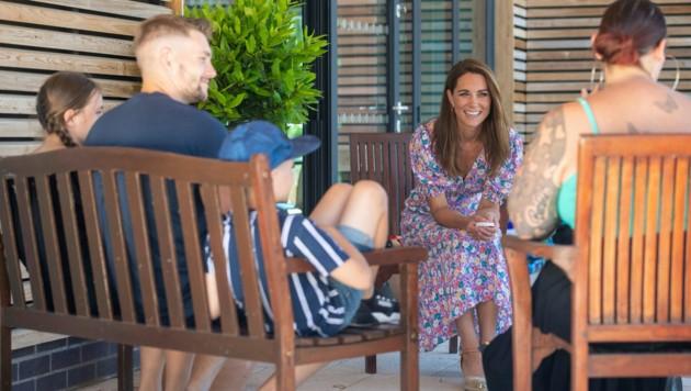 Herzogin Kate im Gespräch mit den Kindern und Eltern des Hospizes (Bild: AP)