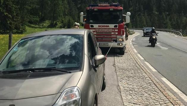 Das Auto wurde von einer Mauer aufgehalten (Bild: FF Obertauern)