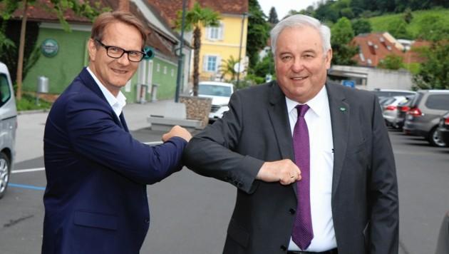 """ÖVP-Chef Hermann Schützenhöfer (bei der """"Ellbogen-Begrüßung"""" mit Wahlsieger Marcus Martschitsch aus Hartberg) jubelte über Top-Resultate. (Bild: STVP/Alfred Mayer)"""