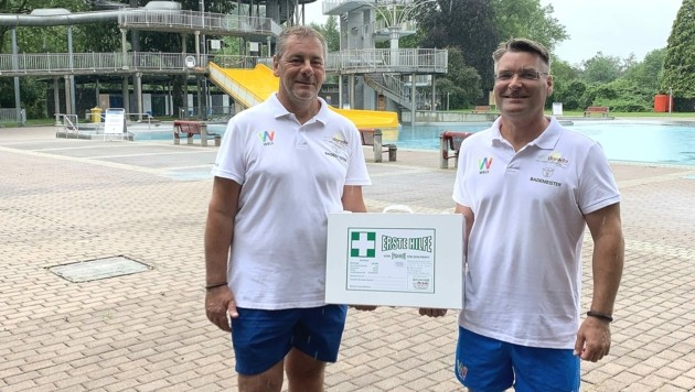 Die Bademeister Roland Gasser und Mario Kuhn achten im Welldorado auf das Wohl der Gäste. Sie retteten der kleinen Erina das Leben (Bild: Stadt Wels)
