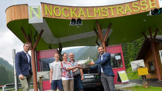 Geschäftsführer Johannes Hörl und Landesrat Sebastian Schuschnig gratulierten Marianne, Florian und Manfred Huemer. (Bild: nockalmstrasse.at/Helge Bauer)