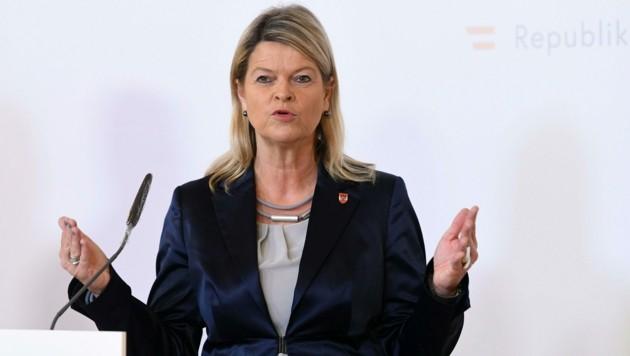 Verteidigungsministerin Klaudia Tanner (ÖVP) (Bild: APA/HELMUT FOHRINGER)