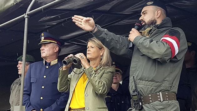 Verteidigungsministerin Klaudia Tanner anlässlich eines Besuches bei Miliz-Soldaten des Jägerbataillons Steiermark und der Jägerkompanie Deutschlandsberg an der Grenze in Spielfeld am 25.6.