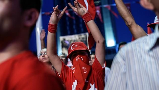"""Der in Österreich verbotene Gruß der rechtsextremen, türkischen """"Grauen Wölfe"""" - hier in einer Aufnahme aus der Türkei (Bild: AFP)"""