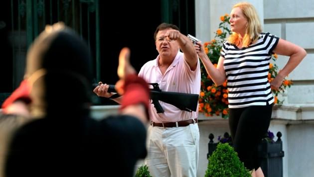 """Die Hausbesitzer Mark und Patricia McCloskey """"fürchteten um ihr Leben"""" und bedrohten laut eigener Aussage deshalb die vorbeiziehenden Demonstranten mit ihren Waffen. (Bild: AP)"""