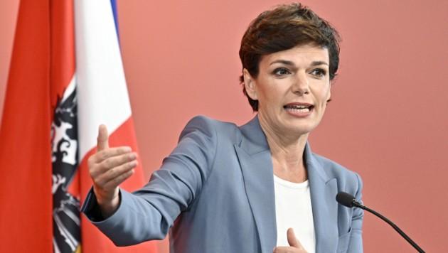 SPÖ-Bundesparteiobfrau Pamela Rendi-Wagner ist wegen der möglichen Umstrukturierungen des Bundesheeres in Sorge um Österreichs UNO- und EU-Missionen. (Bild: APA/Hans Punz)