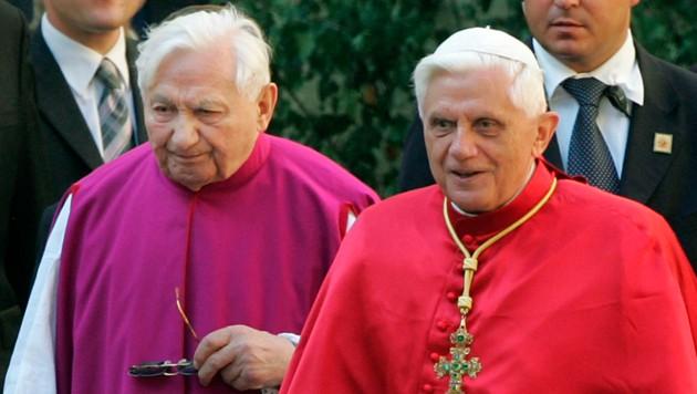 Georg Ratzinger (links) und sein Bruder Joseph auf einer Archivaufnahme aus dem Jahr 2006 (Bild: AP)