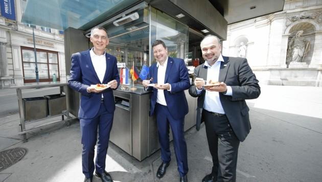 Die Botschafter Ralf Beste (Deutschland), Martin Selmayr (EU) und Daniel Gluncic (Kroatien) beim Würstelstand (v. li.) (Bild: Reinhard Holl)