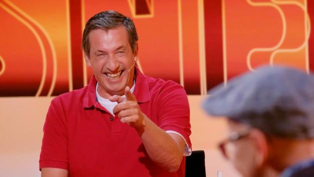 """Viktor Gernot (hier in der Sendung """"Was gibt es Neues?"""") ist seit Jahren ein fixer Bestandteil des """"Sommerkabaretts"""". (Bild: ORF)"""