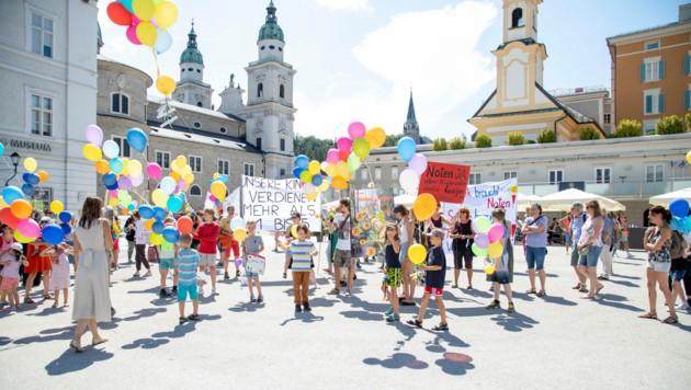Am Mozartplatz protestierten rund 100 Schüler, Lehrer und Eltern gegen das Ziffernsystem. (Bild: Camera Suspicta / Susi Berger)