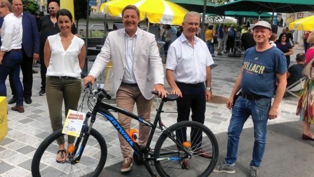 Bgm. Günther Albel, Stadtrat Harald Sobe und die Unternehmer Nicole Katholnig und Peter Rothe bei der Eröffnung. (Bild: Stadt Villach)