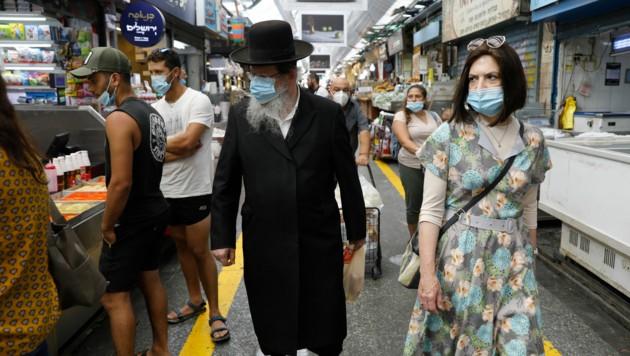 Auf den Märkten in Israels Hauptstadt Jerusalem tragen die Besucher einen Mund-Nasen-Schutz. Trotzdem kletterten die Infektionszahlen nach oben.