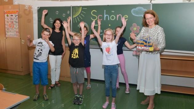 Zum Schulschluss bekamen die Kinder der Volksschule in Eggenburg ein Ferien-Paket von der Landesrätin (re.) überreicht. (Bild: NLK Pfeiffer)
