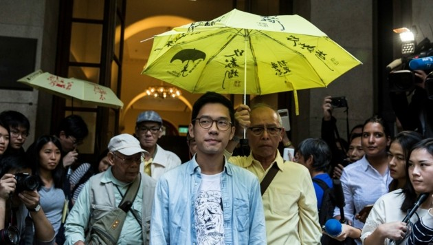 Aktivist Nathan Law (unter dem Regenschirm links)