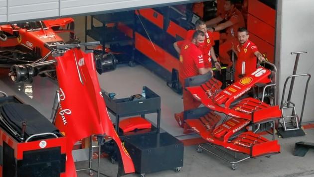 Die Ferrari-Ingenieure haben in Spielberg allerhand zu tun. (Bild: AP Photo/Darko Bandic)
