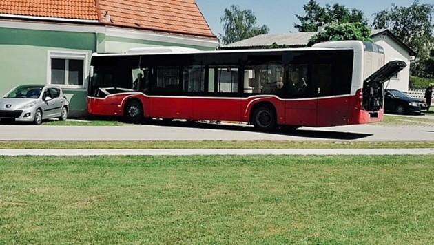 Laut Rotem Kreuz bekam der Busfahrer während der Fahrt gesundheitliche Probleme und kollidierte in der Folge mit der Wand eines Wohnhauses. (Bild: Facebook.com/Rotes Kreuz Groß-Enzersdorf)